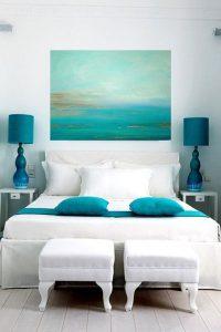 спалня със синя абстрактна картина